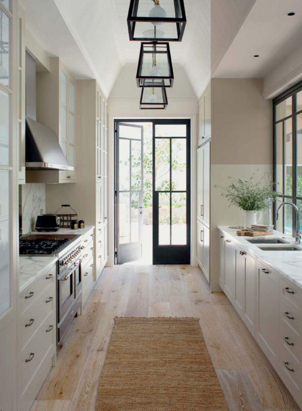 роскошный дизайн узкой кухни