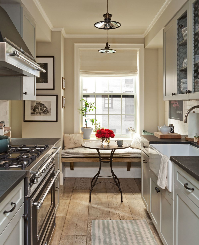 сдержанный дизайн узкой кухни