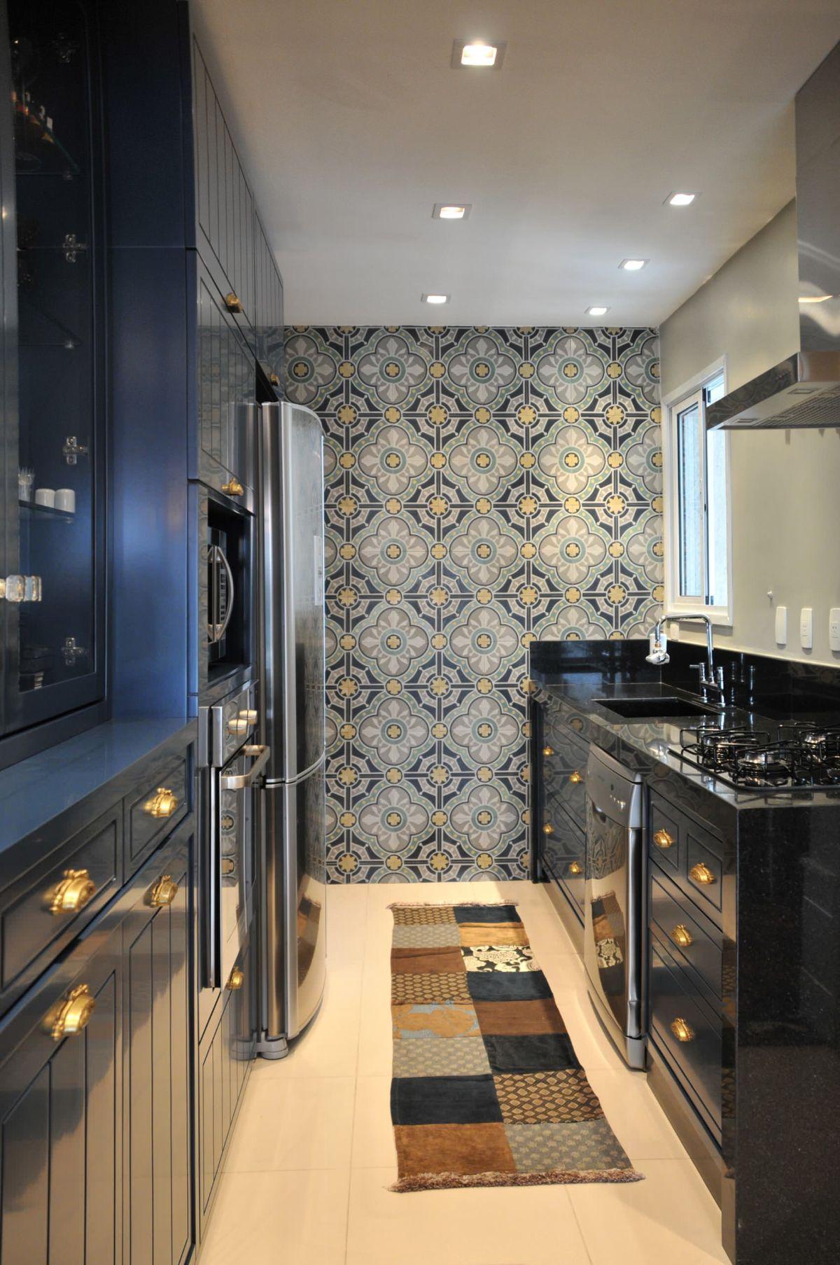 современный дизайн узкой чёрной кухни