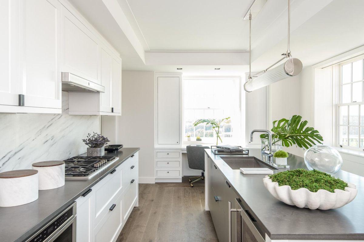 современный дизайн узкой кухни белый цвет с хромированными элементами