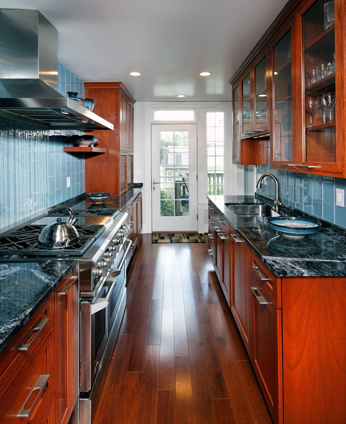 современный дизайн узкой кухни интересные цветовые комбинации