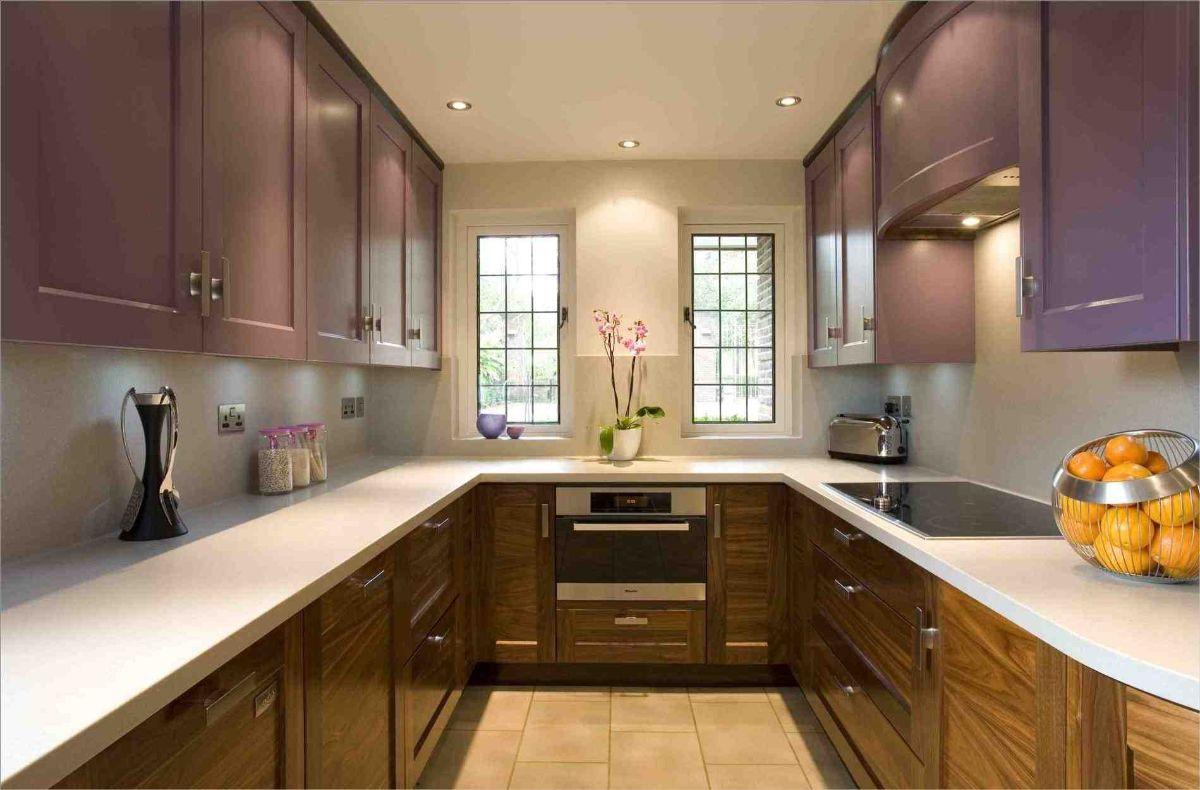 современный дизайн узкой кухни цвет дерева и лиловый оттенок