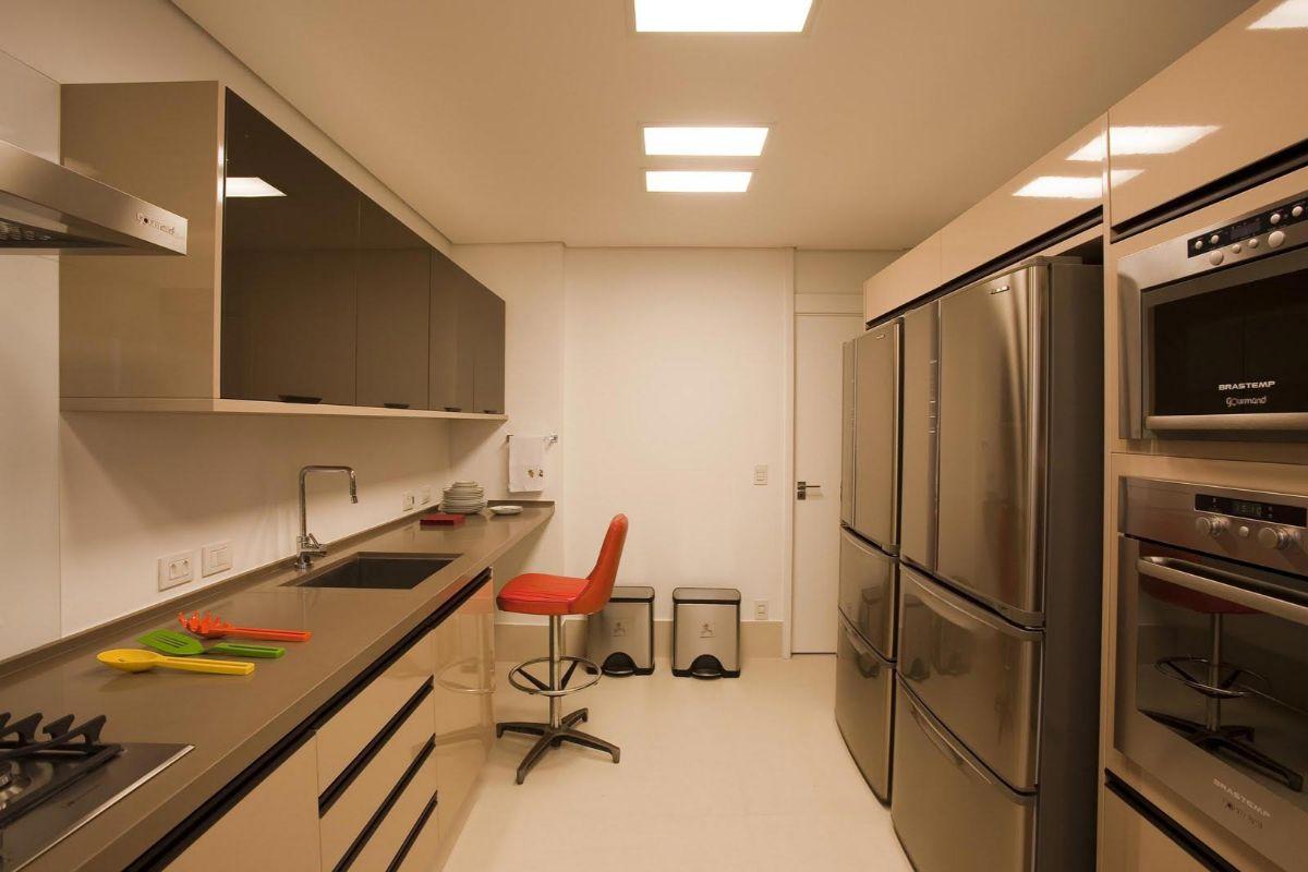 современный дизайн узкой кухни в светло-коричневом цвете