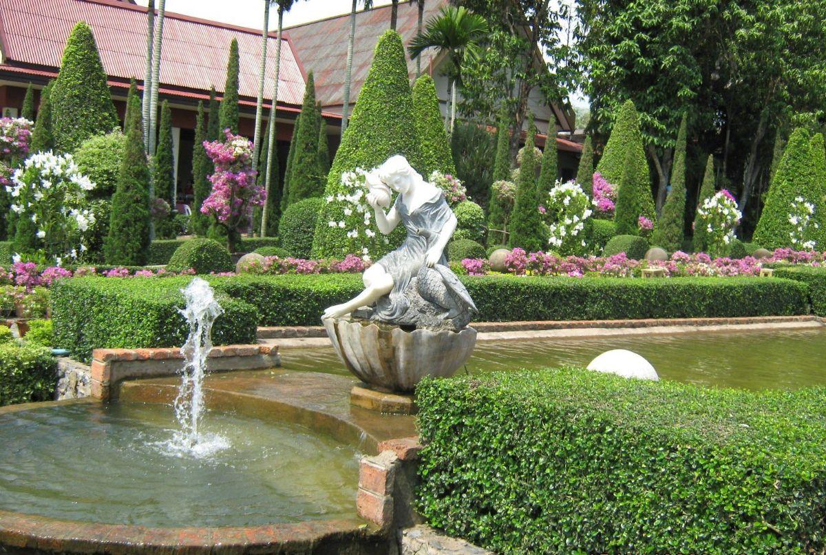 уютный дизайн садового участка с водоёмом
