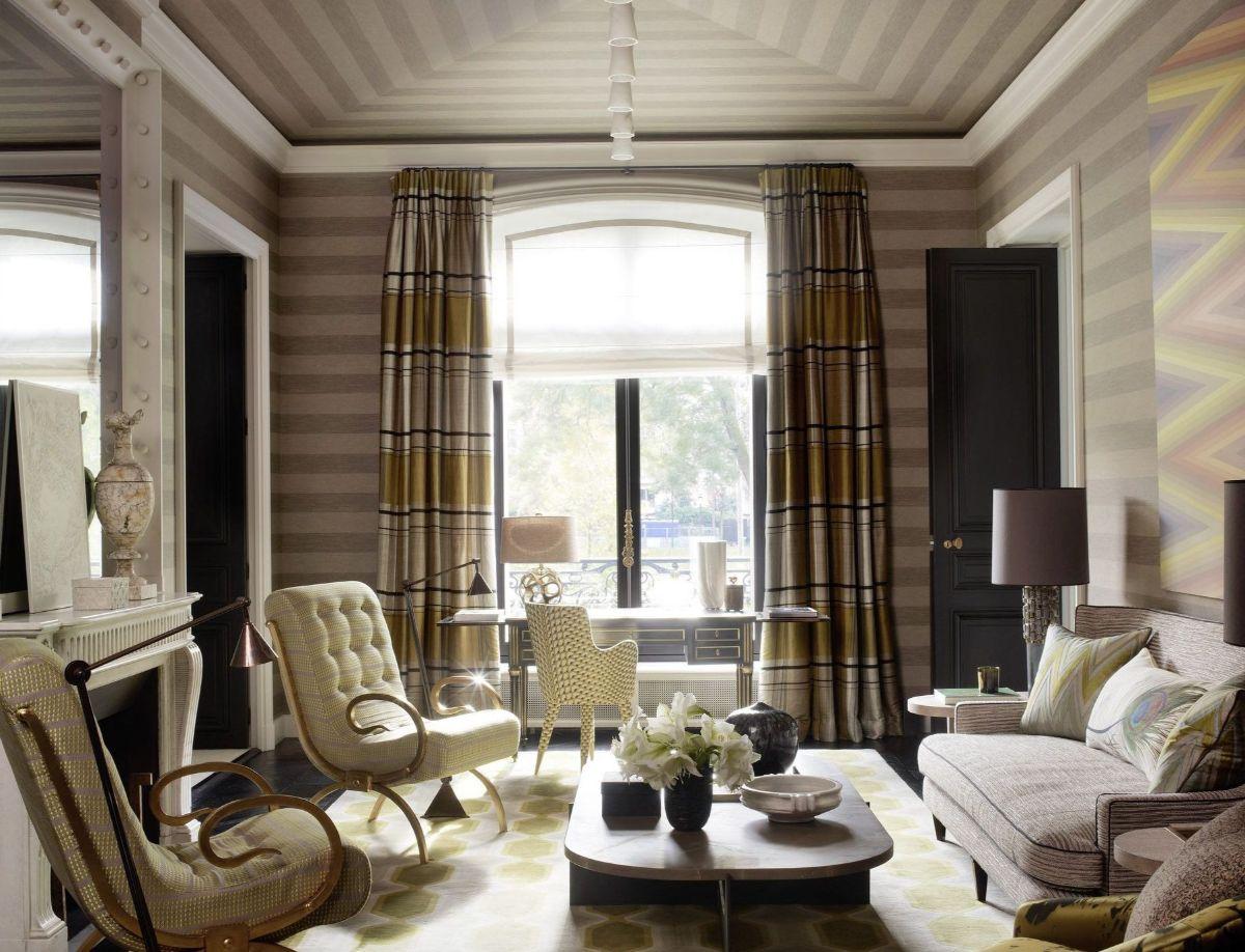 дизайн интерьера гостиной с полосатыми обоями стиль модерн