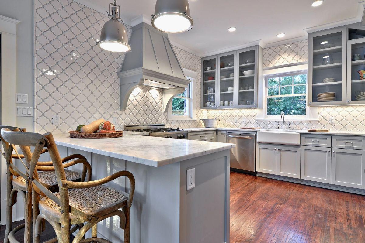 дизайн интерьера кухни в сером цвете в стиле модерн