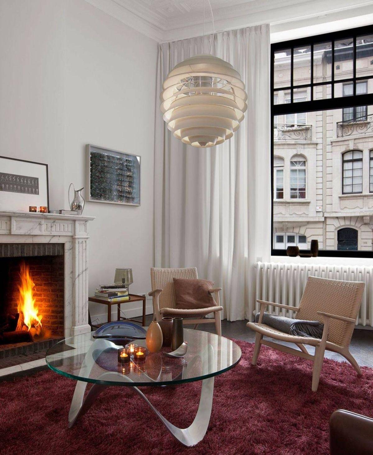 дизайн интерьера небольшой гостиной с камином в стиле модерн
