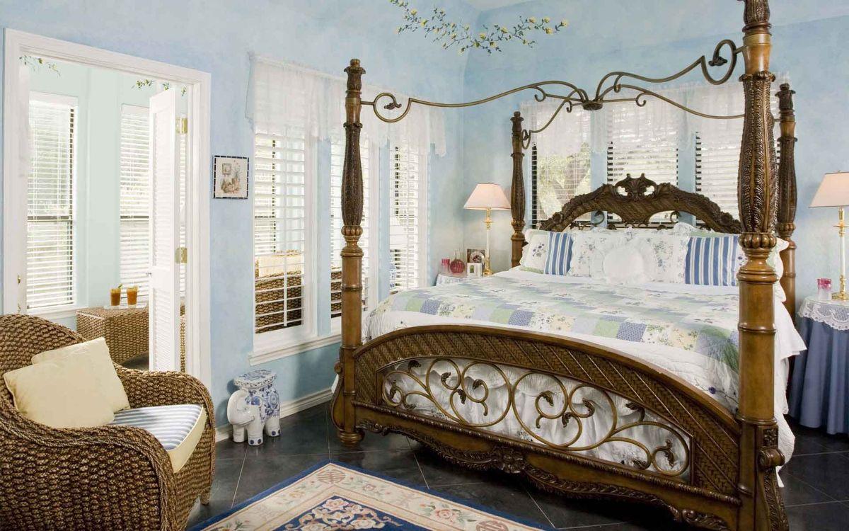 дизайн интерьера спальни с голубой отделкой стен стиль модерн