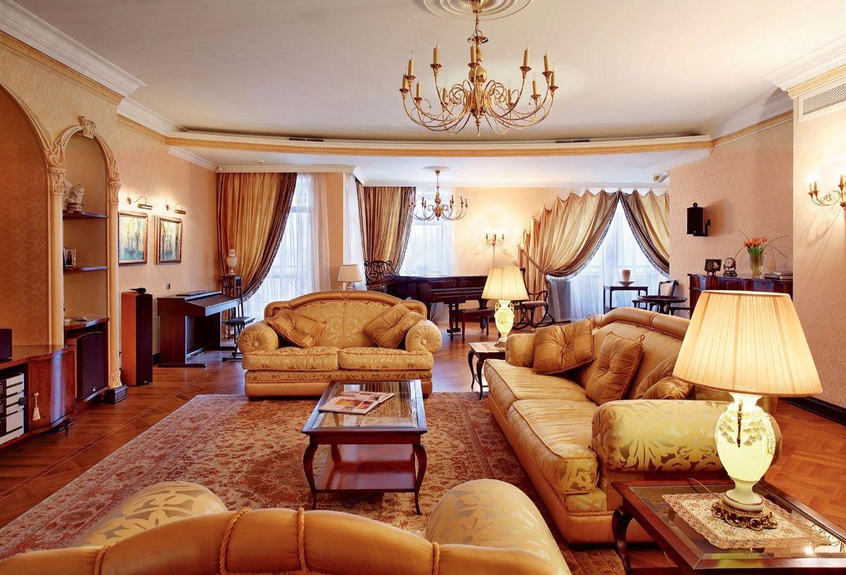 дорогой дизайн гостиной в стиле модерн мебель золотистой обивкой
