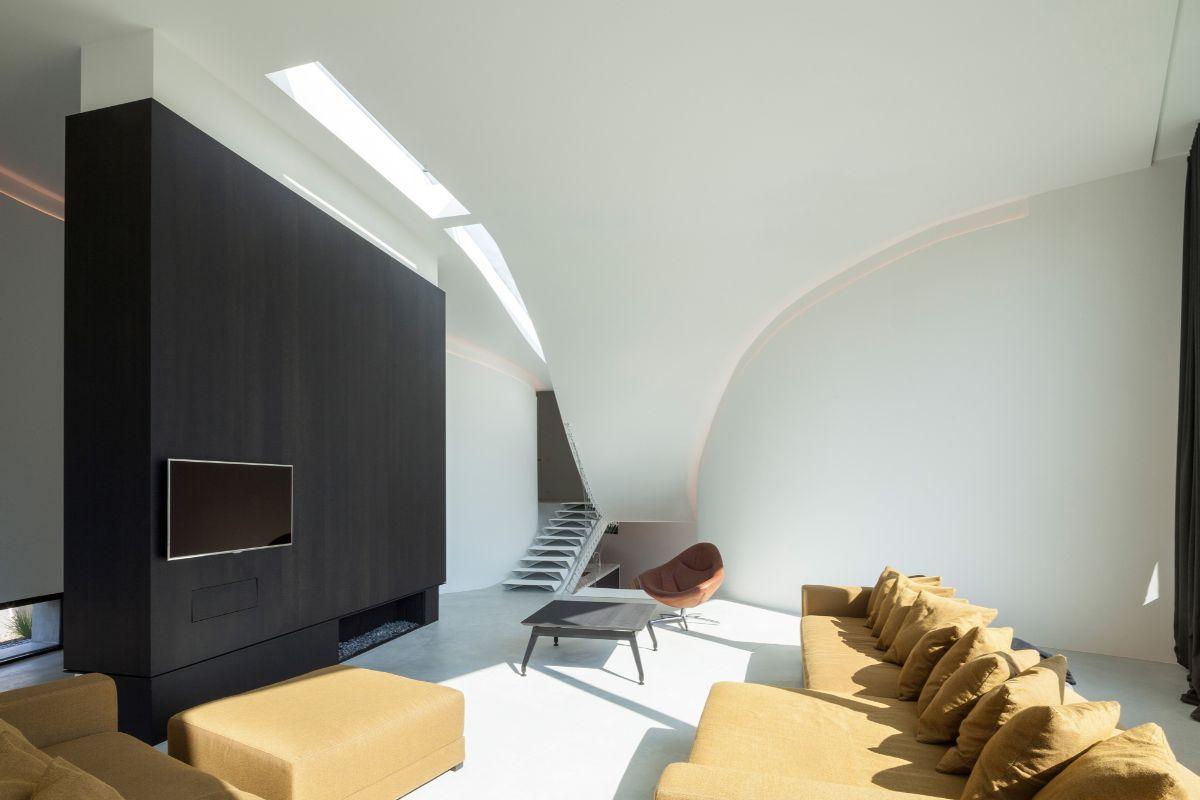 футуристический дизайн гостиной с чёрной акцентной стеной