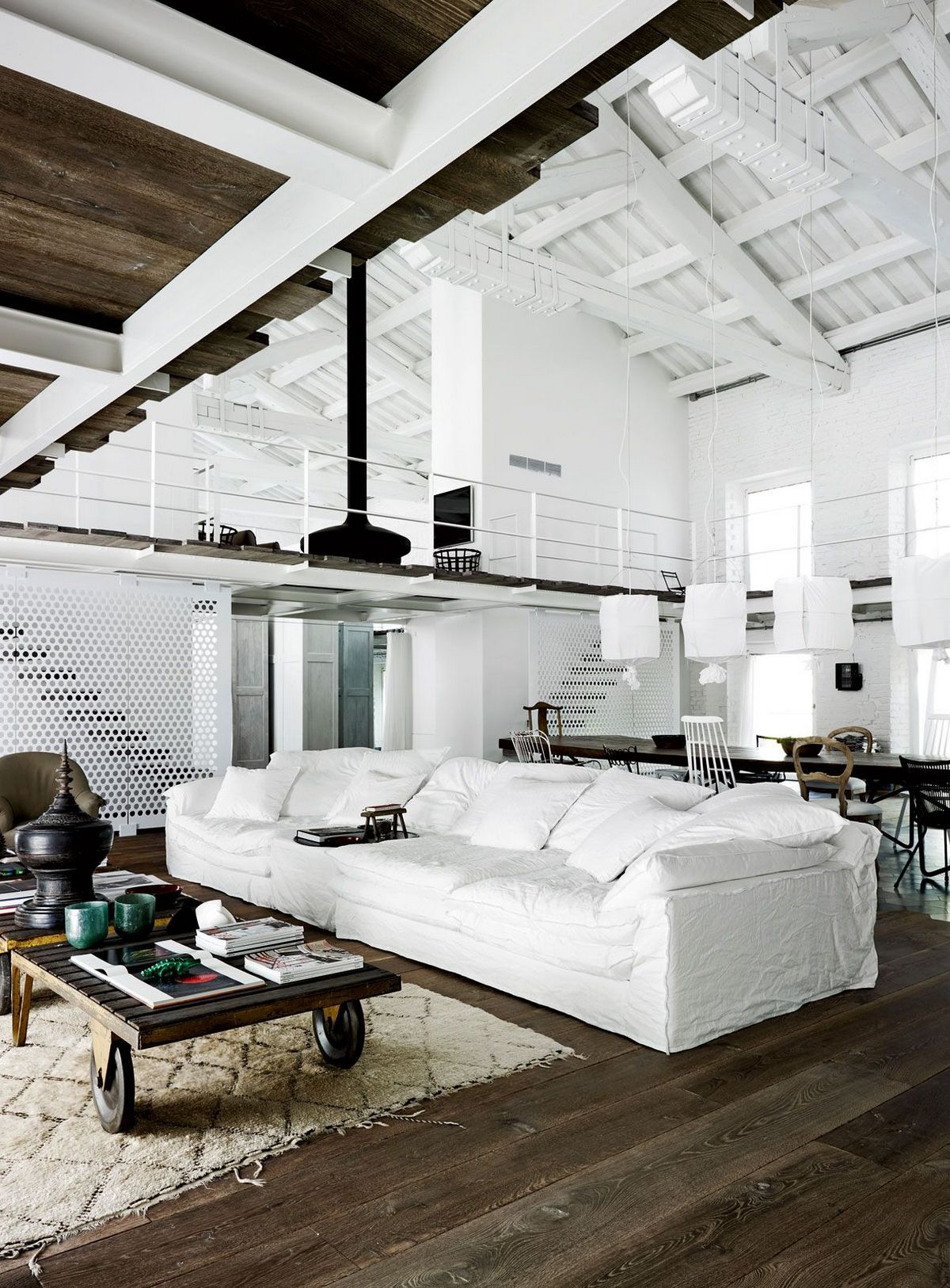 индустриальный стиль в интерьере светлой городской квартиры
