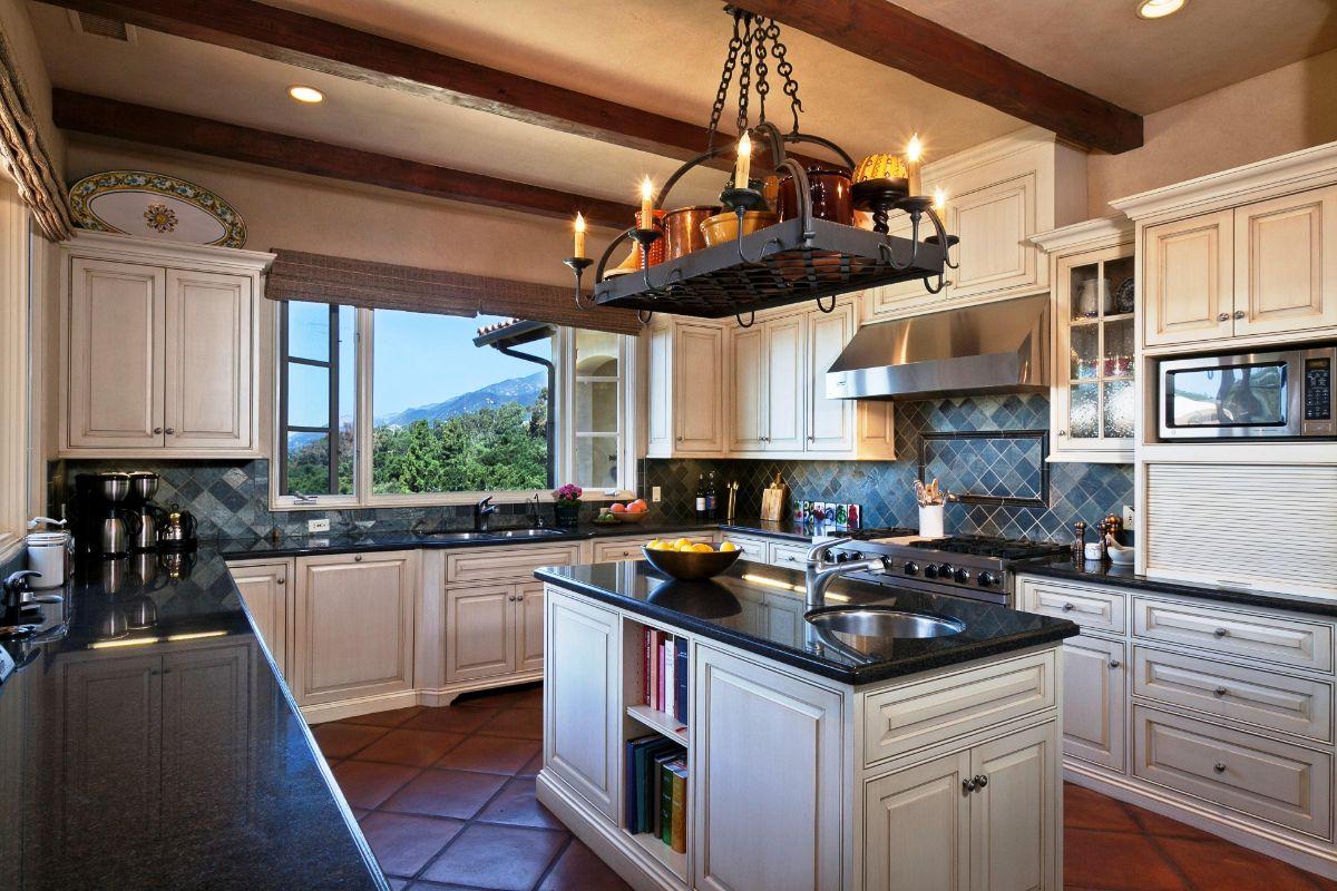 кухня в итальянском стиле эффектная люстра