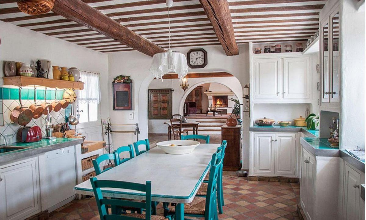 кухня в итальянском стиле гарнитур белого цвета с бирюзовыми акцентами фото