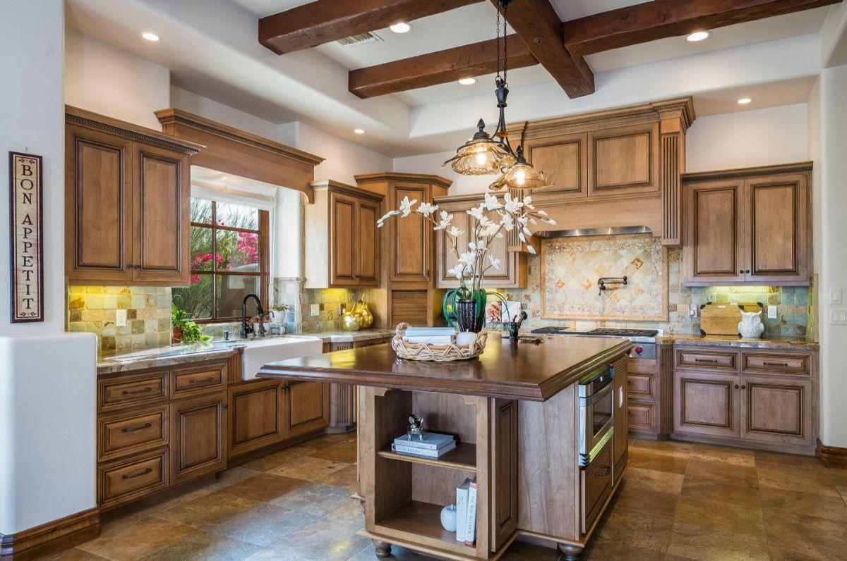 кухня в итальянском стиле гарнитур цвета светлого дерева