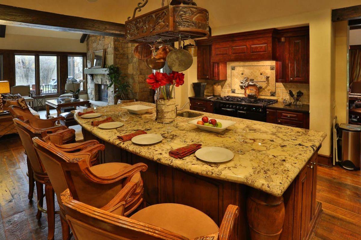 кухня в итальянском стиле со столешницей из мрамора
