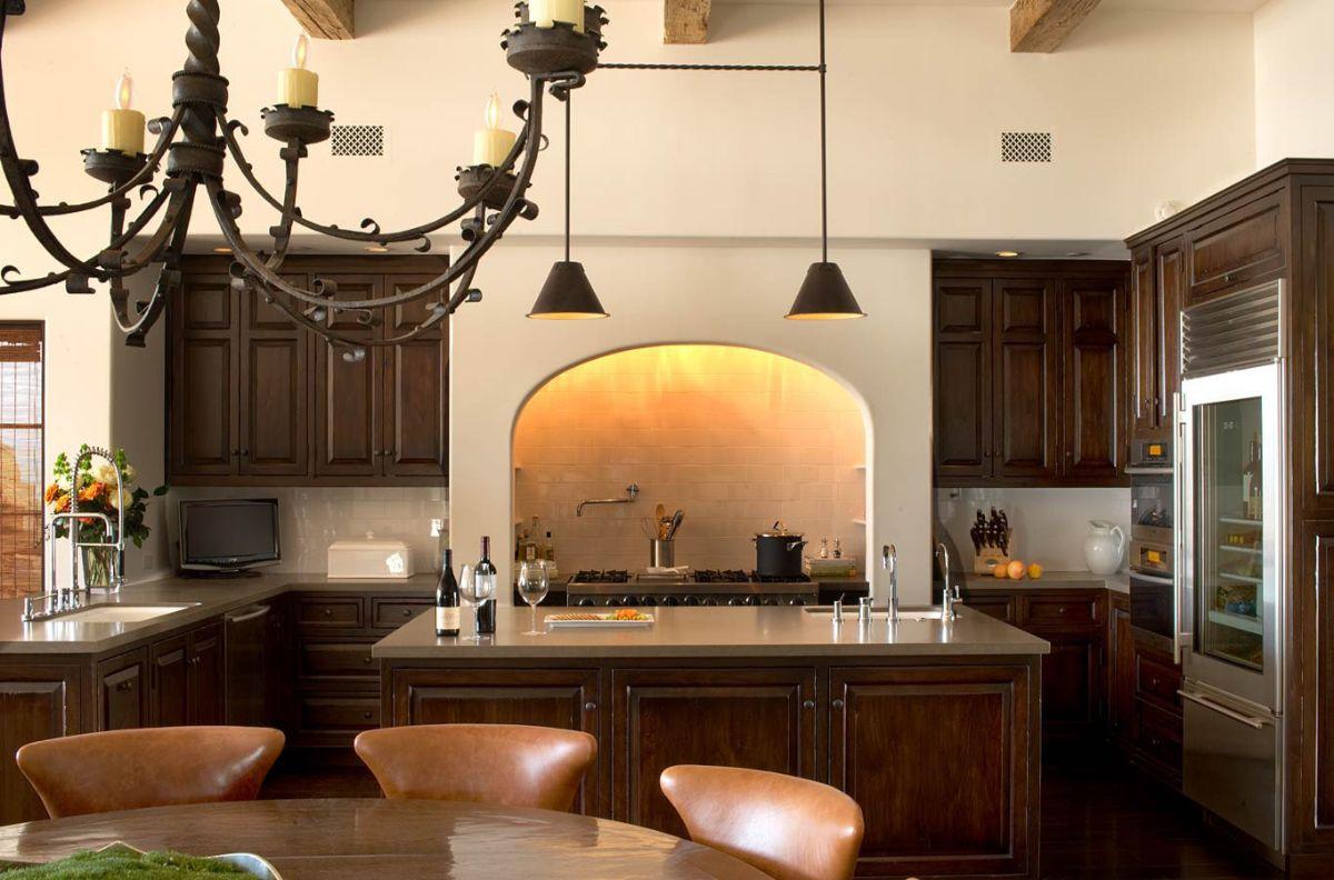 кухня в итальянском стиле старинная кованная люстра