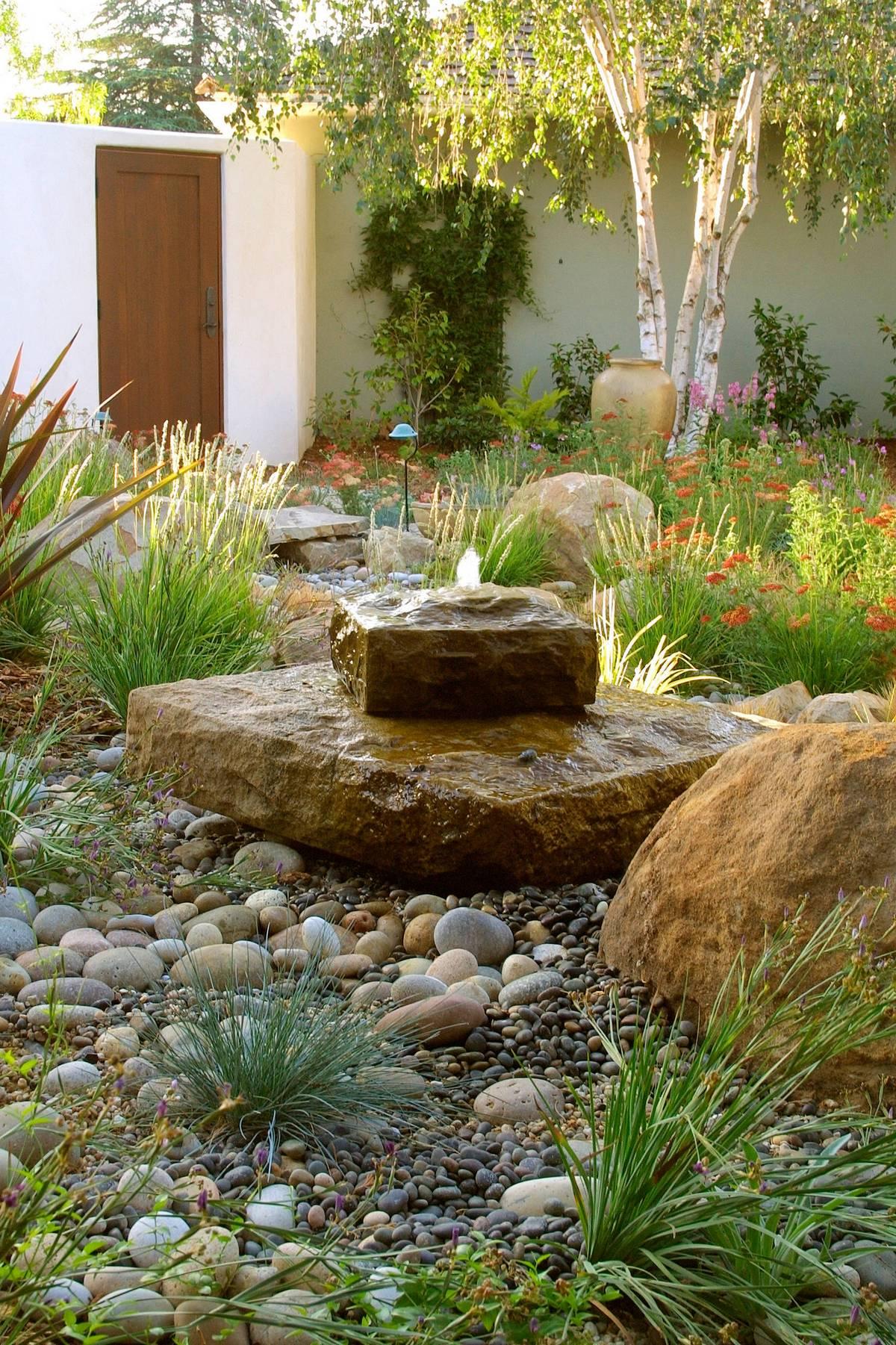 ландшафтный дизайн садового участка фонтан из камней