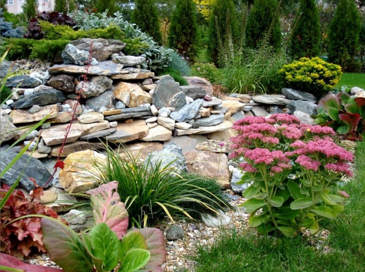 ландшафтный дизайн садового участка насыпная горка из камней