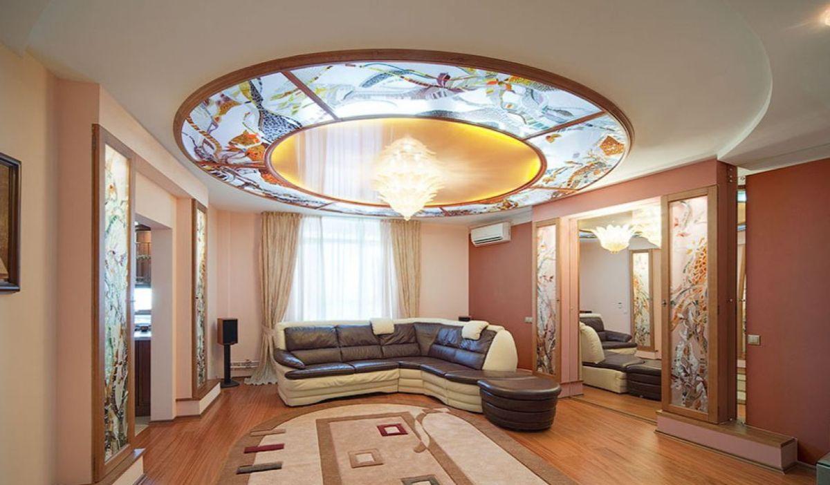 роскошный дизайн интерьера гостиной в стиле модерн потолок с витражами