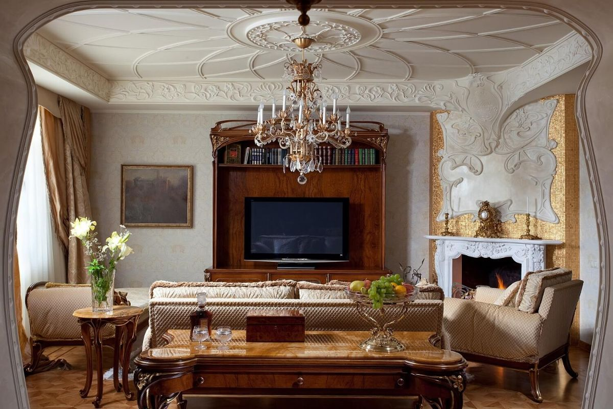 роскошный интерьер гостиной с лепниной в стиле модерн