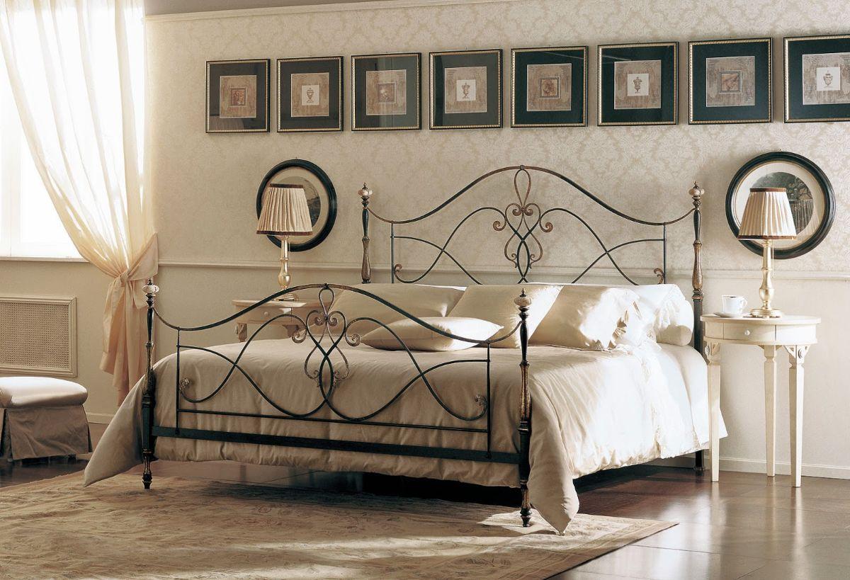 роскошный интерьер спальни в стиле модерн с кованным изголовьем