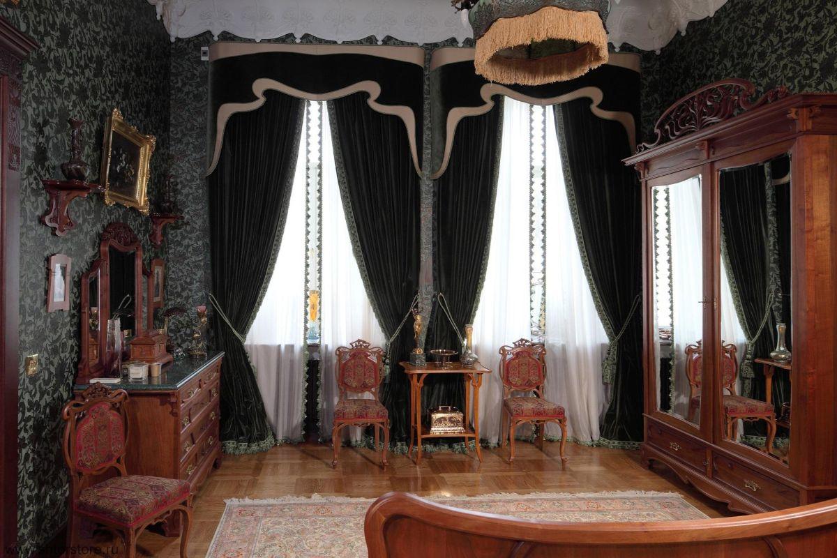 статусный интерьер в стиле модерн с тяжелыми шторами