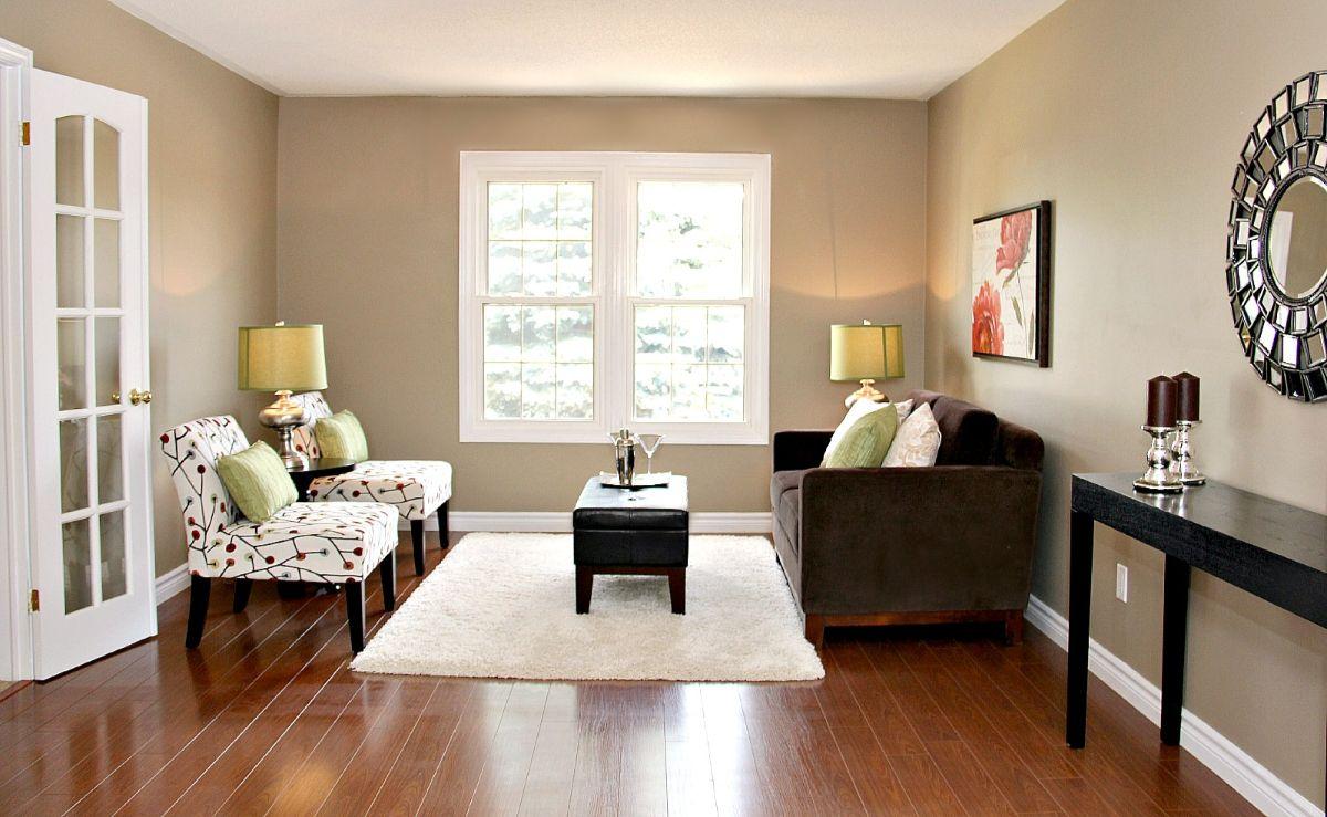 стильный интерьер гостиной в стиле модерн со стенами горчичного цвета