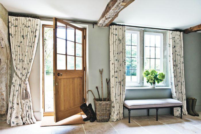 окно в прихожей в стиле прованс