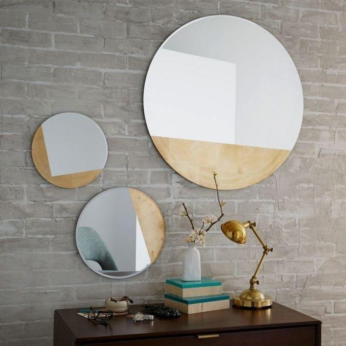40. зеркало без рамки в дизайне гостиной