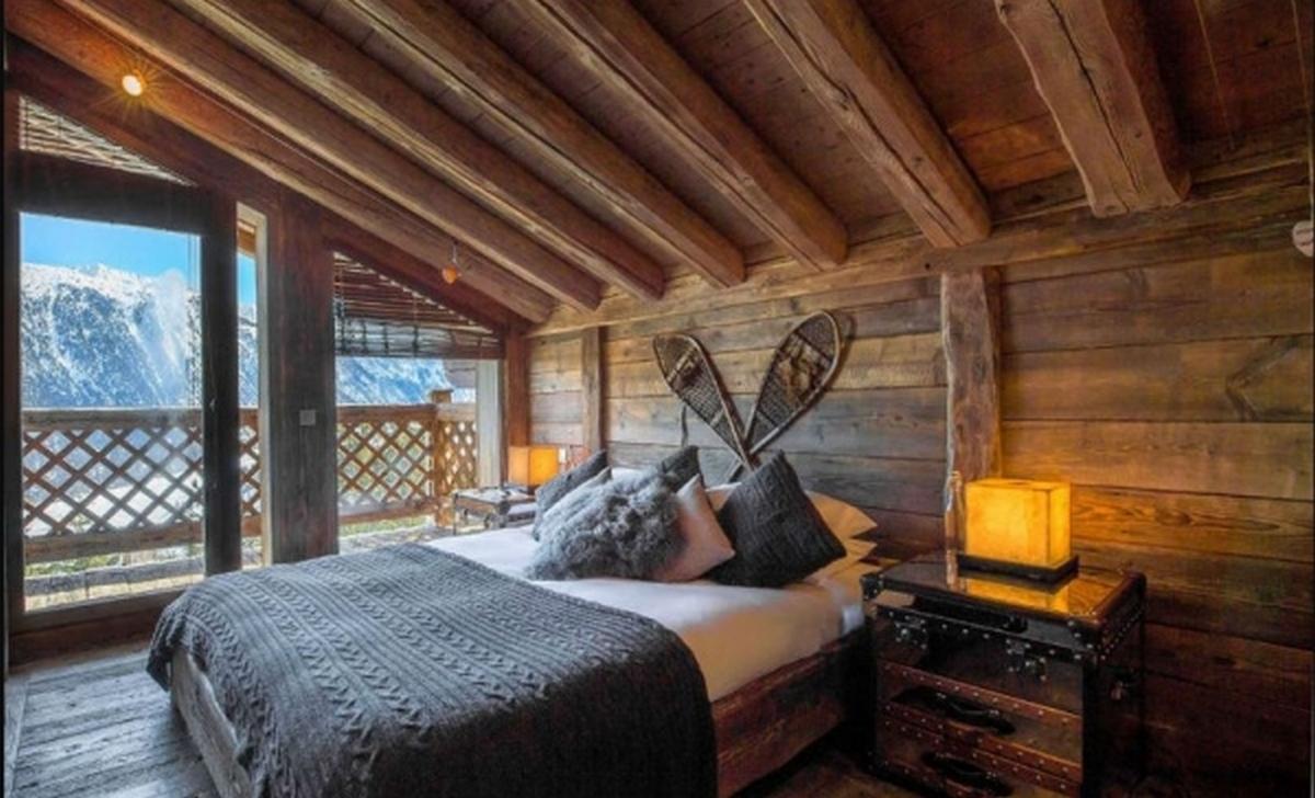 актуальный интерьер спальни в стиле шале