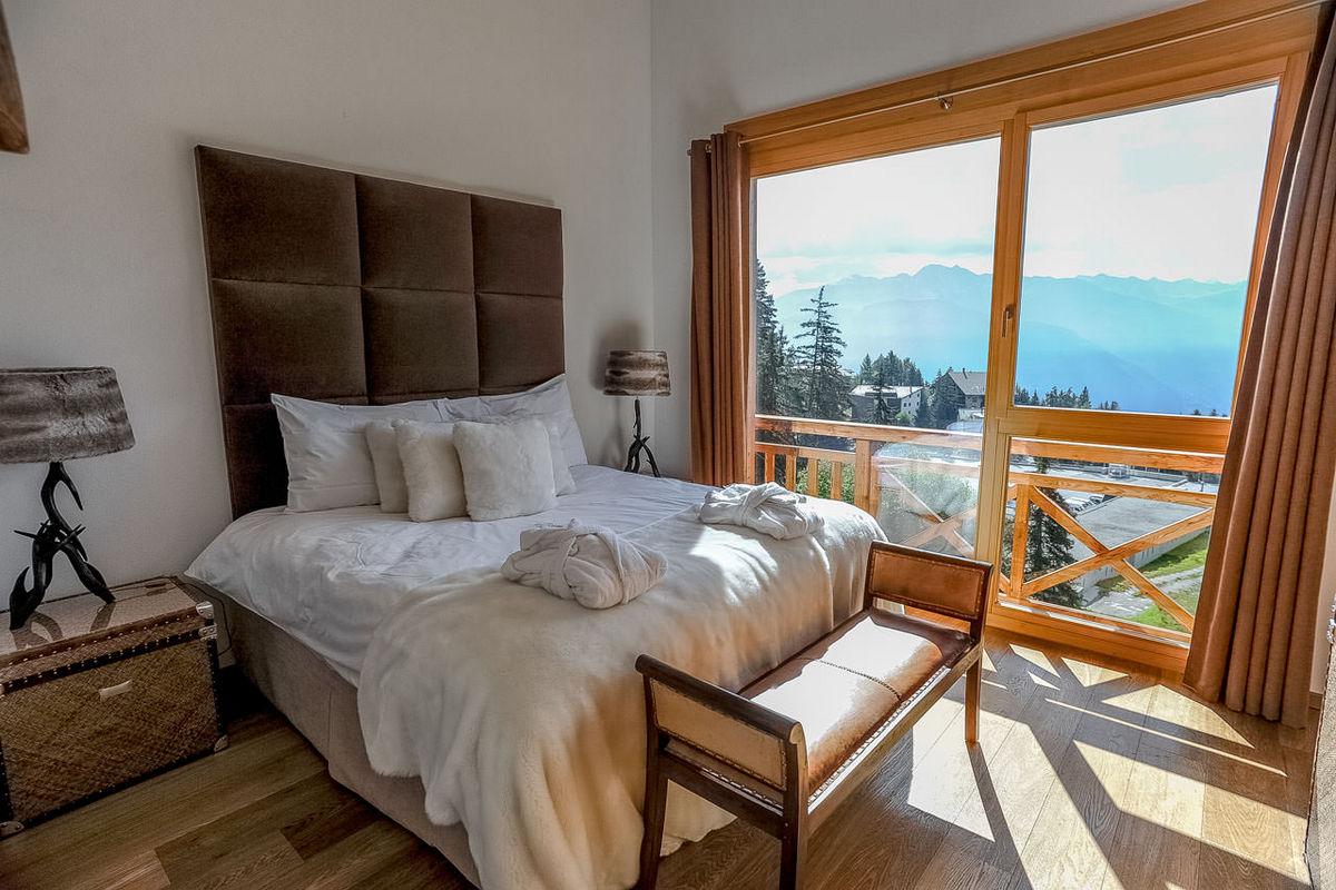 дизайн интерьера спальни в стиле шале с потрясающим видом