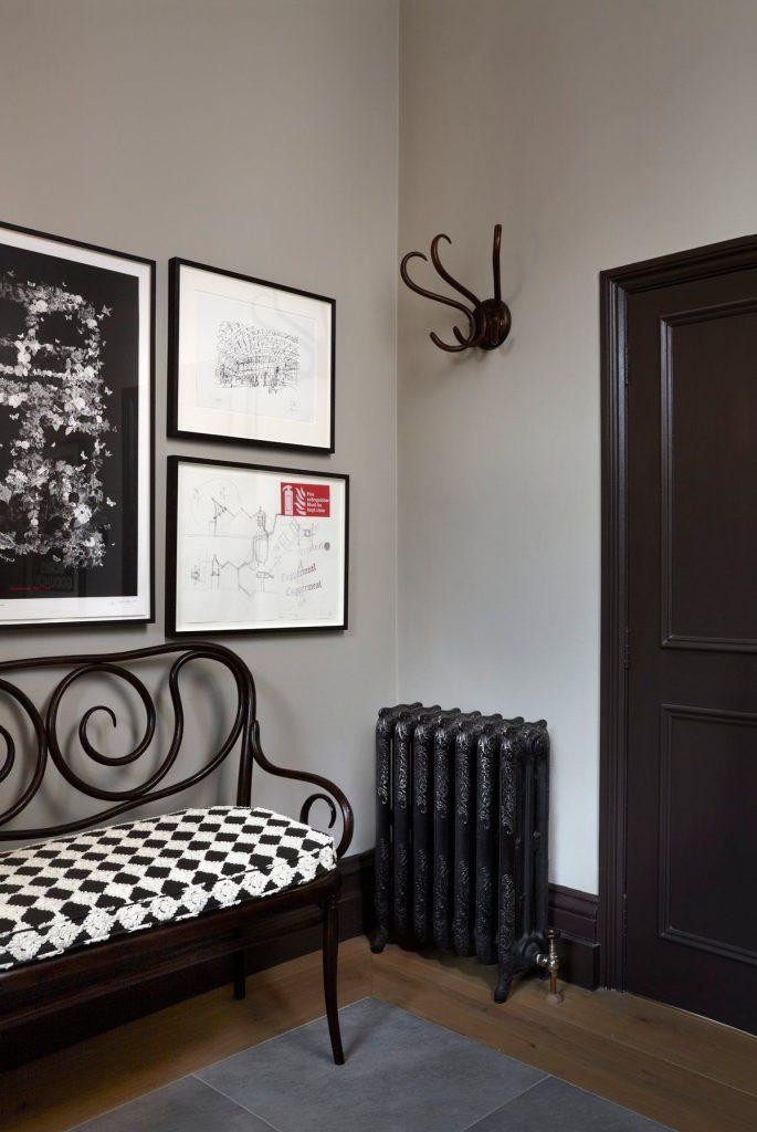 дизайн прихожей в скандинавском стиле дверь коричневого цвета