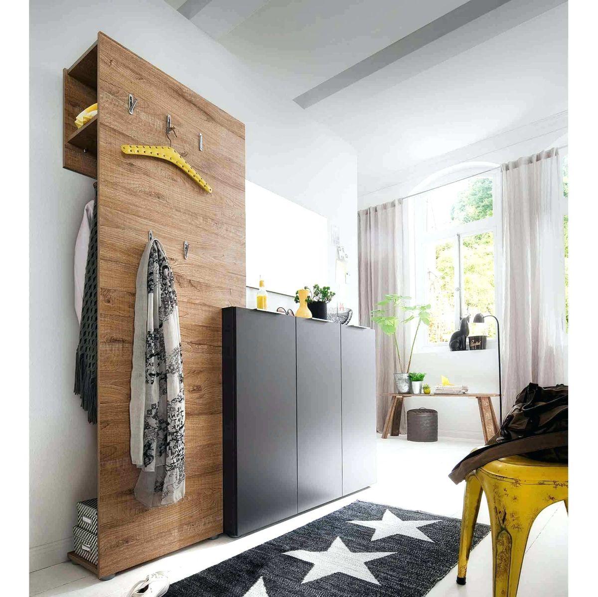 дизайн прихожей в скандинавском стиле в доме с высокими потолками