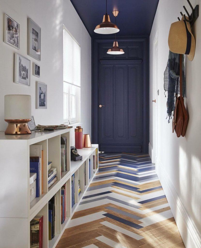 интерьер прихожей в скандинавском стиле насыщенно синий цвет в дизайне