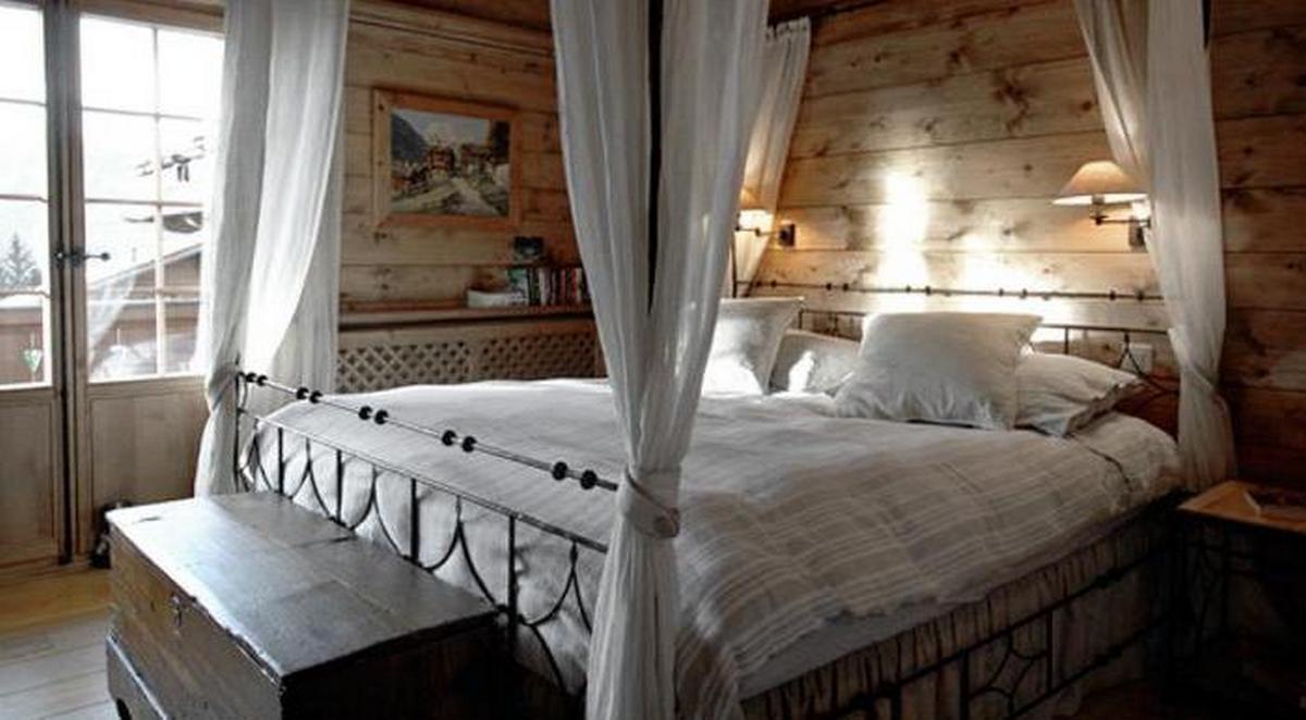 интерьер спальни в стиле шале кровать с паланкином
