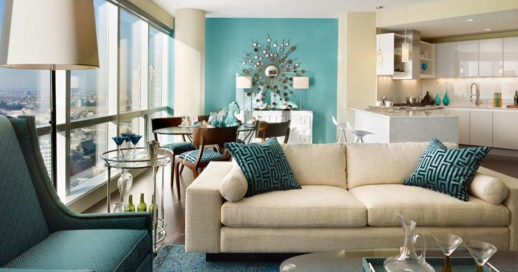 интерьер в ярких цветах дизайн гостиной с бирюзовой мебелью