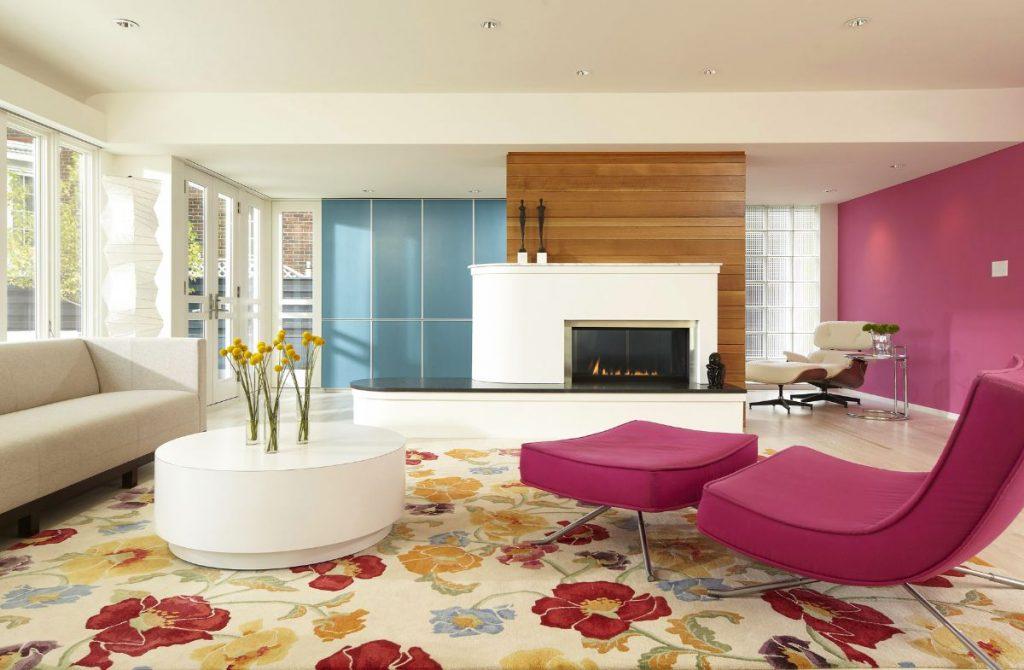 интерьер в ярких цветах дизайн просторной гостиной