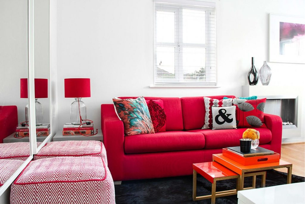 интерьер в ярких цветах дизайн с красным диваном