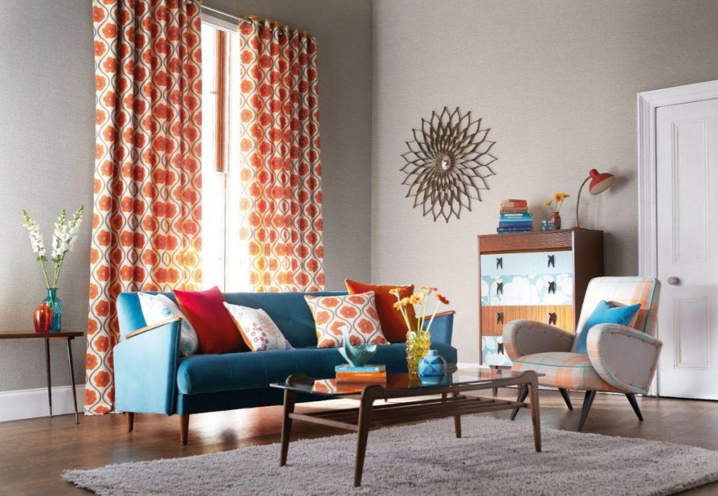интерьер в ярких цветах дизайн с оранжевыми шторами с цветочный принт