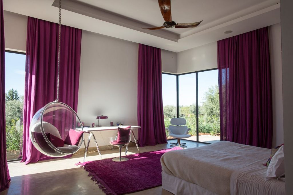 интерьер в ярких цветах дизайн с пурпурными шторами