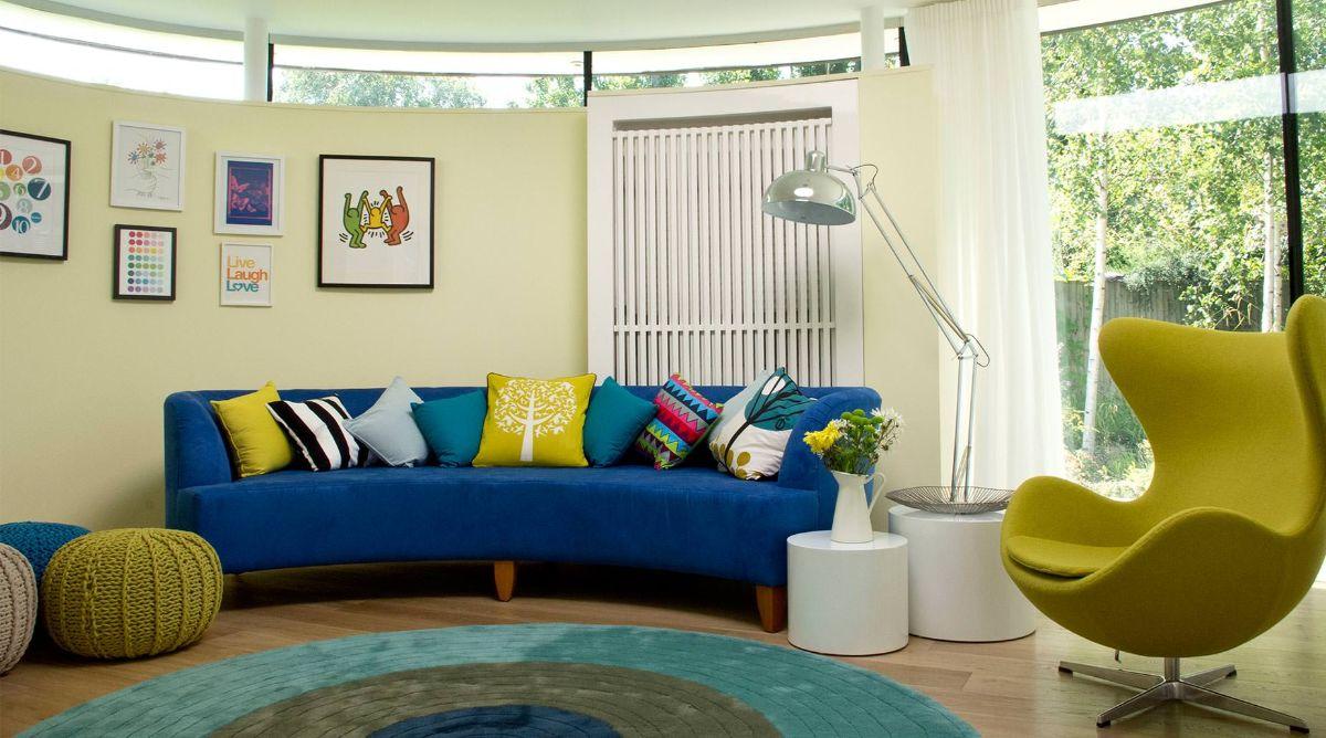 интерьер в ярких цветах дизайн с синим диваном