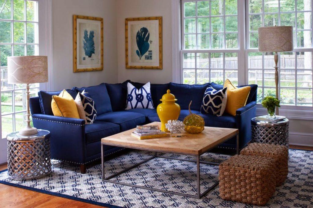 интерьер в ярких цветах дизайн с синим диваном фото
