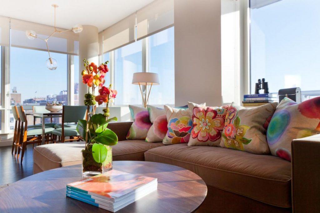 интерьер в ярких цветах дизайн с цветными диванными подушками