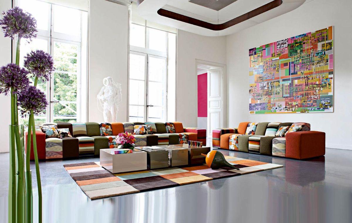 интерьер в ярких цветах дизайн с высокими потолками