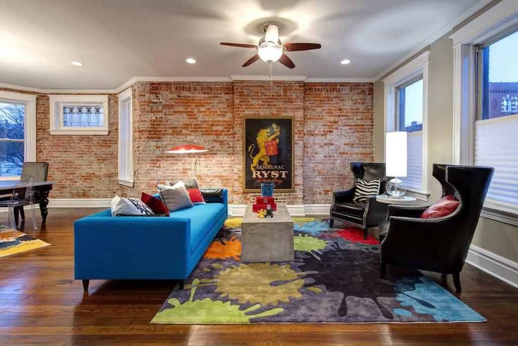 интерьер в ярких цветах эффектный дизайн гостиной с элементами лофта