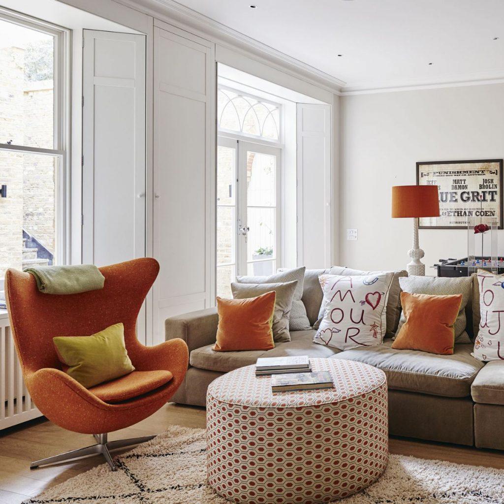 интерьер в ярких цветах эффектный дизайн гостиной с интересными креслами