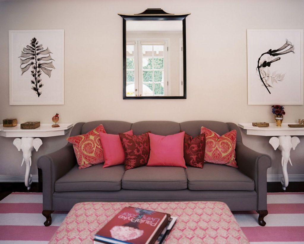 интерьер в ярких цветах эффектный дизайн гостиной с розовыми вкраплениями