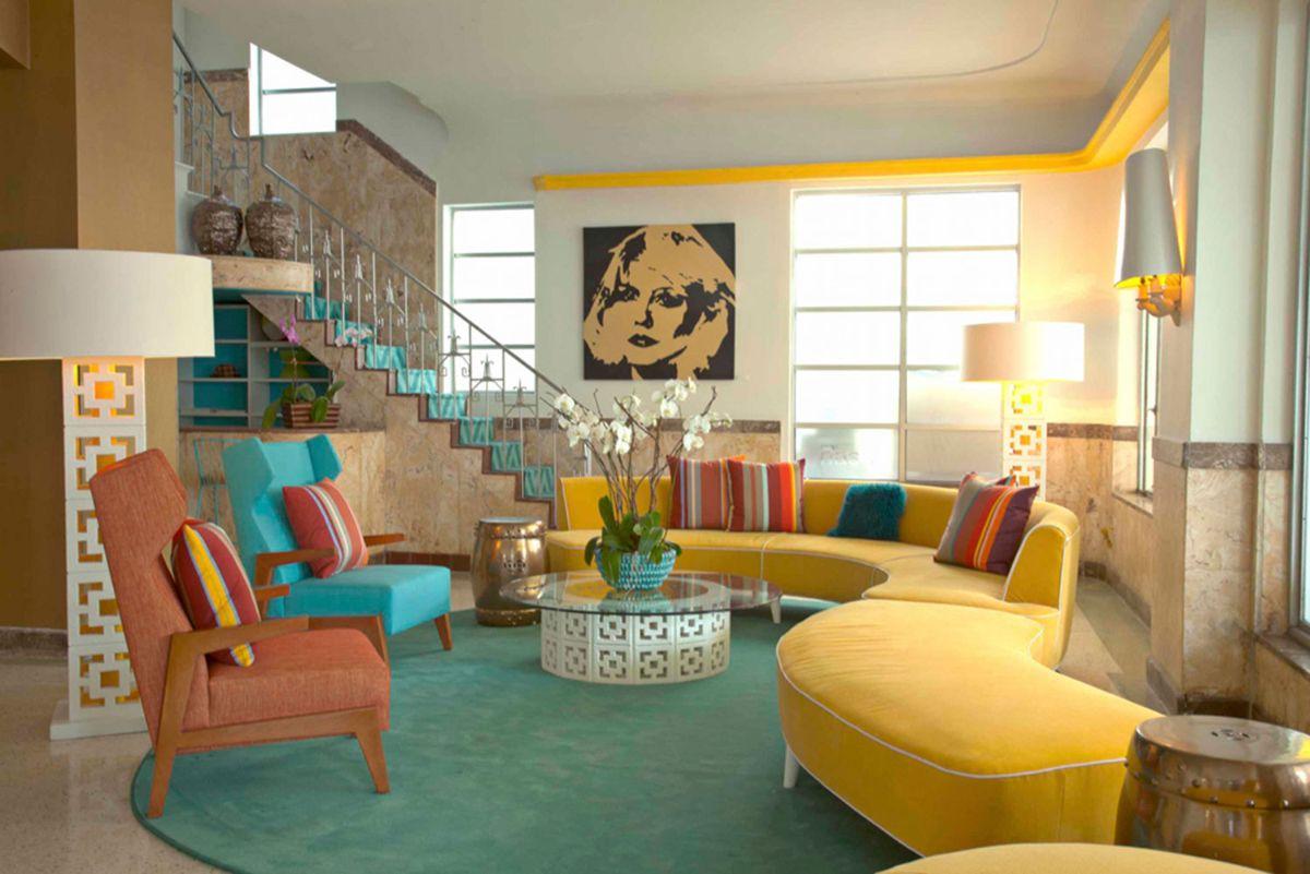 интерьер в ярких цветах эффектный дизайн гостиной с жёлтым диваном