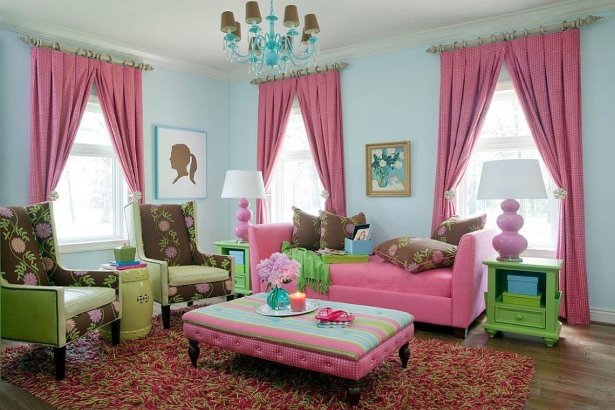 интерьер в ярких цветах голубая гостиная с розовыми шторами