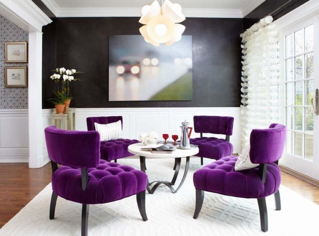 интерьер в ярких цветах гостиная с лиловыми креслами